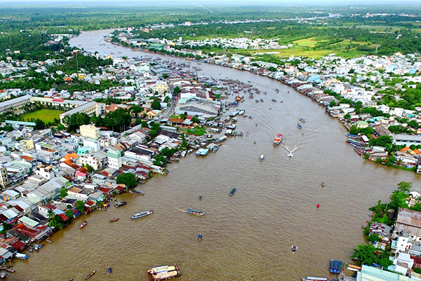 stunning-with-crowd-and-attraction-in-cai-rang-floating-market-can-tho-1